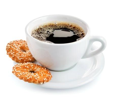 kopje koffie op schotel met koekjes geïsoleerde witte achtergrond