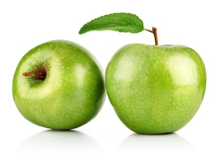 manzana verde: frutas de manzana verde con hoja aislados en fondo blanco