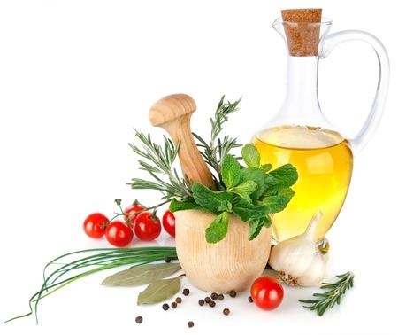 hoja de olivo: especias frescas con verduras y aceite de oliva aislados en fondo blanco Foto de archivo