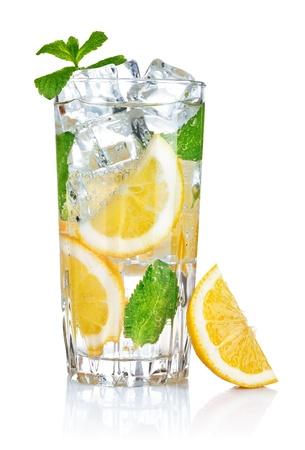 vol glas vers cool transparant water met citroen en mint bladeren