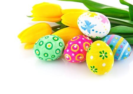 Pasen eieren met gele tulp bloemen geïsoleerd op witte achtergrond