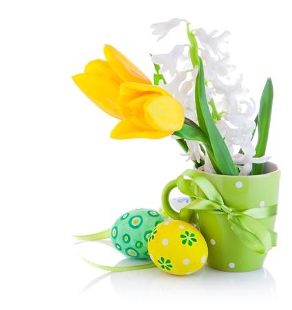 pascuas navide�as: flores de primavera con huevos de Pascua, aisladas en fondo blanco