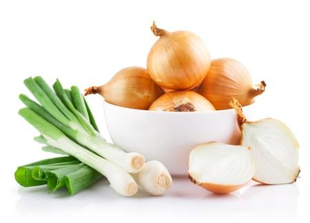 uien groenten in witte plaat met gesneden op een witte achtergrond