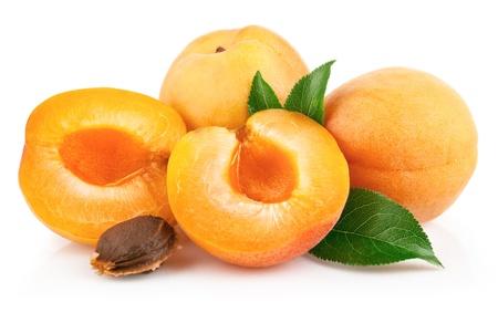 abrikoos vruchten met groen blad en snijd geïsoleerd op witte achtergrond