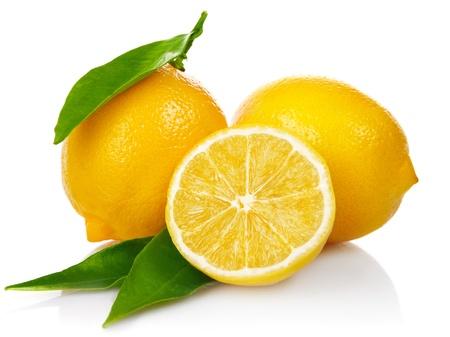 verse citroenen met knippen en groene bladeren geïsoleerd op witte achtergrond Stockfoto