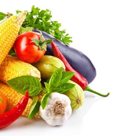 alimentacion sana: hortalizas frescas con deja aislada sobre fondo blanco
