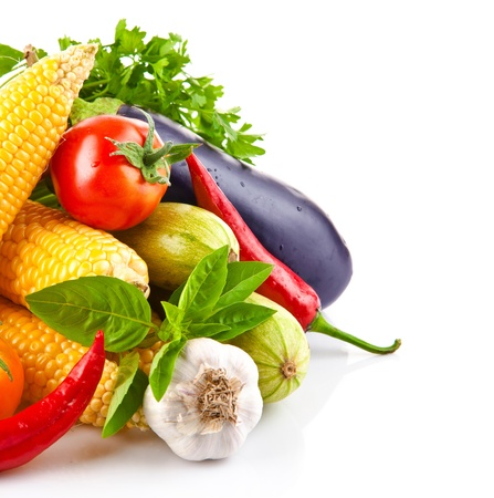 root vegetables: verdure fresche con foglie isolato su sfondo bianco