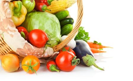cesta de frutas: verduras frescas con las hojas aisladas sobre fondo blanco