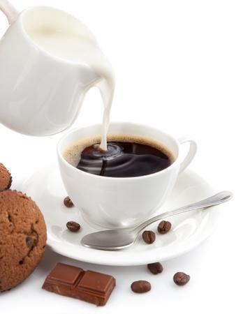kopje koffie met melk geïsoleerd op witte achtergrond Stockfoto