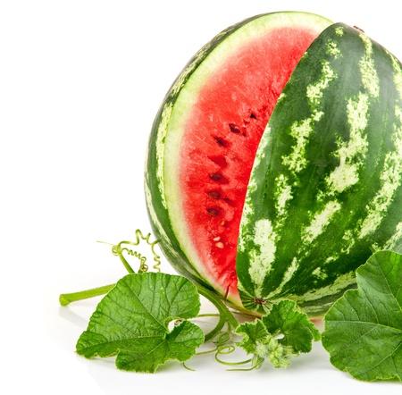 sappige watermeloen in snit met groen blad, op een witte achtergrond Stockfoto