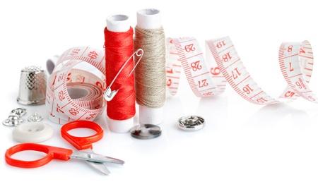 kit de costura: herramientas, tijeras, hilo y cinta métrica de costura aisladas sobre fondo blanco