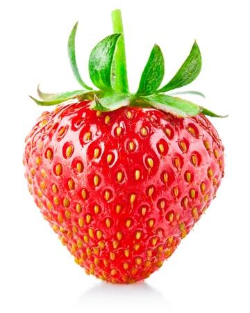 fresa: bayas de fresa con hojas verdes aisladas sobre fondo blanco