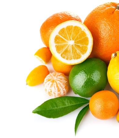 verse citrusvruchten met groen blad geïsoleerd op witte achtergrond Stockfoto