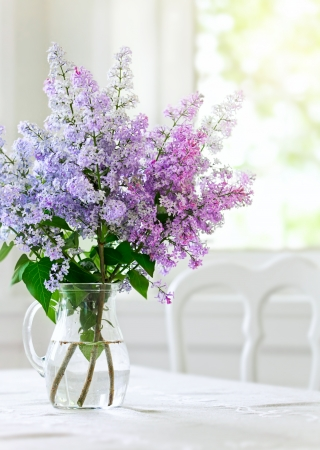 flores moradas: ramo lila en florero sobre la mesa