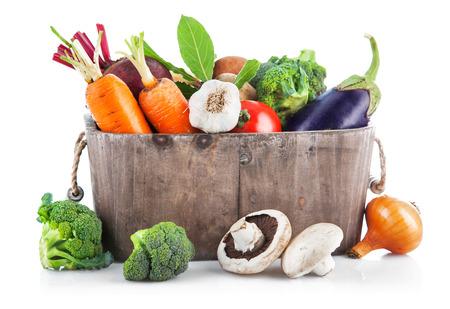 canasta de frutas: Cosecha verduras en cesta de madera. Aislado en el fondo blanco