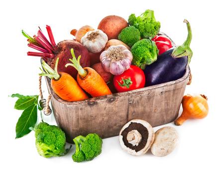 Oogst groenten in houten mand. Geïsoleerd op witte achtergrond Stockfoto