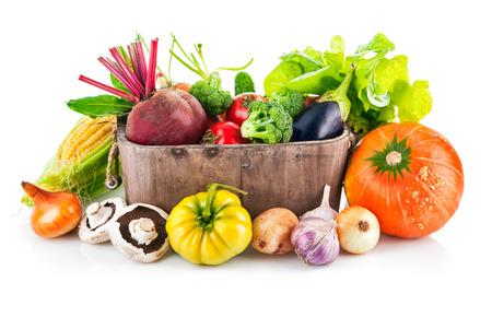 Verse groenten in houten emmer met blad sla. Geïsoleerd op witte achtergrond