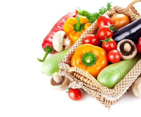 verduras: Verduras frescas en cesta de mimbre. Aislado en el fondo blanco