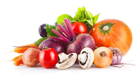 Frisches Gemüse mit Blattsalat. Isoliert auf weißem Hintergrund