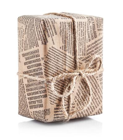 Doos verpakt krant met strik van touw. Geïsoleerd op witte achtergrond
