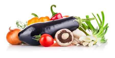 eating fruit: Verduras frescas con verduras y setas. Aislado en el fondo blanco