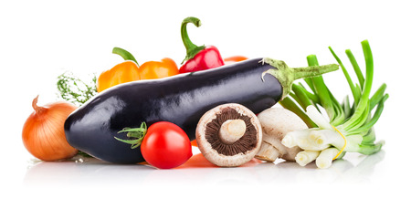 Verse groenten met greens en champignons. Geïsoleerd op witte achtergrond