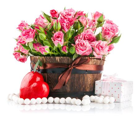 unexpectedness: Manojo de rosas de color rosa con el regalo para el d�a de san valent�n. Aislado en el fondo blanco