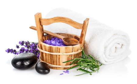 espliego: Spa bodegón con saltl lavanda aislada sobre fondo blanco
