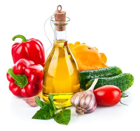 verduras: Verduras frescas con aceite de oliva. Aislado en el fondo blanco