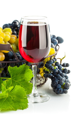 grapes wine: Glass red wine with cluster grapes