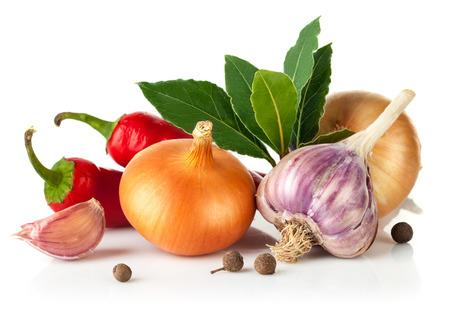 Verse kruiden met knoflook laurierblad. Geïsoleerd op witte achtergrond Stockfoto
