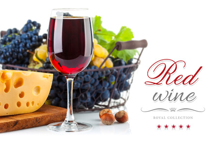 amoniaco: Vino tinto de vidrio con uvas y queso. Aislado en el fondo blanco
