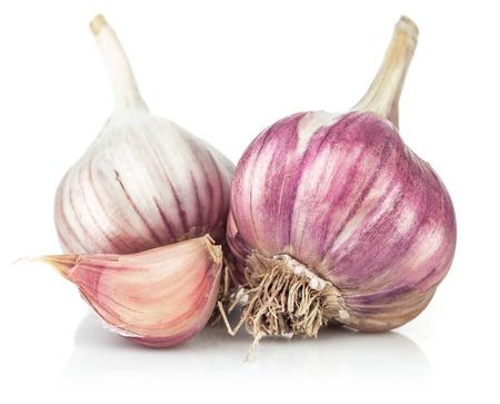 garlic: El ajo fresco en corte. Aislado en el fondo blanco Foto de archivo