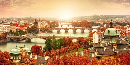 táj: Naplemente fekvő nézet, hogy Károly híd Moldva folyó Prága, Cseh Köztársaság