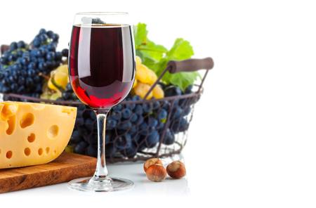 amoníaco: Vino tinto de vidrio con uvas y queso. Aislado en el fondo blanco