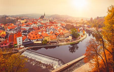 Cesky Krumlov rivier de Moldau herfst Tsjechië Stockfoto - 48508705