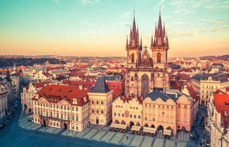 Chiesa di Nostra Signora di Tyn sulla Repubblica Piazza della Città Vecchia Praga Repubblica Archivio Fotografico - 48508709