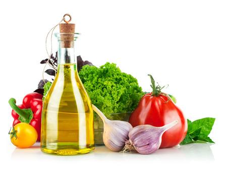 Świeże warzywa z oliwą z oliwek. Samodzielnie na białym tle
