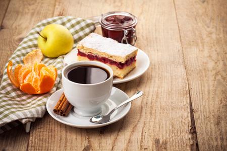 стиль жизни: Чашка кофе завтрак в деревенском стиле на деревянной доске
