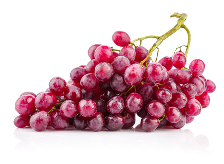 uvas: Cluster fresh grapes ripe fruit. Isolated on white background