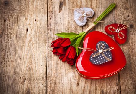 Rotes Herz Geschenk Valentinstag auf einem Holzbrett