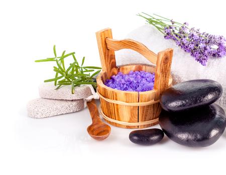Spa-Stillleben mit Lavendel und schwarzen Stein auf weißem Hintergrund Standard-Bild - 53408523