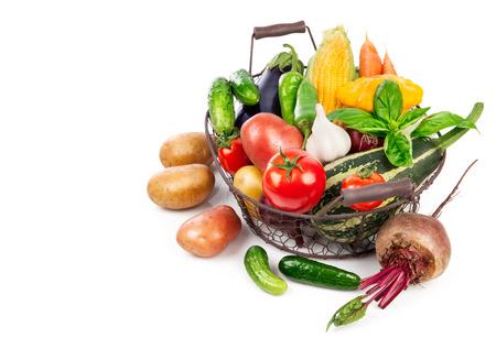 remolacha: cosecha de verduras frescas en la cesta de la hoja de albahaca, aislado en fondo blanco