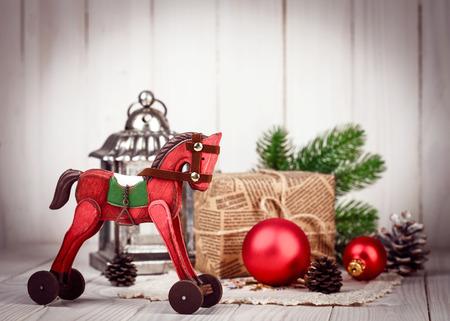 Kerst houten decoratie in retro stijl Nieuwjaar stilleven met klatergoud geschenk en tak firtree op oude bord Stockfoto