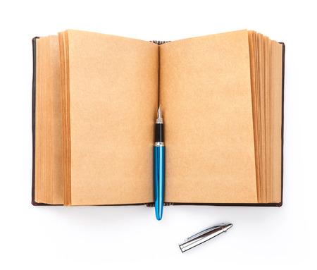 libro abierto: Viejo libro abierto propagación con la página en blanco, aislado en fondo blanco