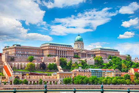 ブダ城王宮丘ハンガリー ブダペスト ヨーロッパ パノラマ建築の有名なランドマーク歴史的部分都市と青い空。
