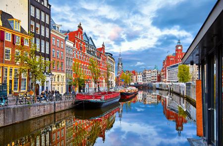 Canale in Amsterdam Paesi Bassi ospita fiume Amstel punto di riferimento vecchia città europea paesaggio primaverile.