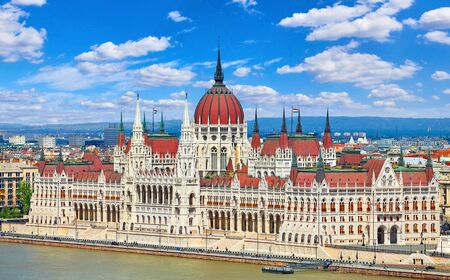 Panorama with building of Hungarian parliament at Danube river in Budapest city, Hungary. Blue sky with clouds. Stockfoto