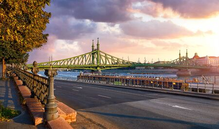 Road at Freedom bridge on Danube river in Budapest city, Hungary. Stockfoto