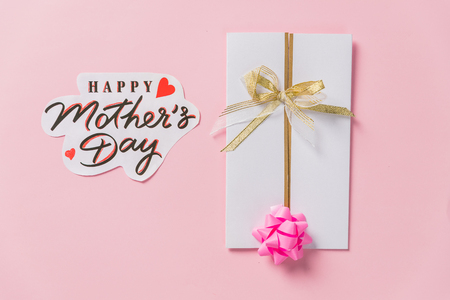 happy mothers day text, greeting card. beautiful lilac purple flowers on pink background, flat lay with space for text. modern image. top view. stylish creative floral wallpaper Stock fotó